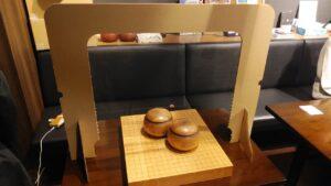 湯島囲碁喫茶の碁盤と碁石